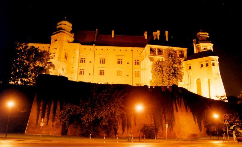 Zamek na Wawelu nocą/ Wikimedia/ Andrzej Barabasz/ CC BY-SA 3.0